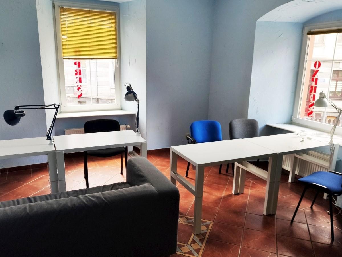 ChilloutRoom - pokój do nauki wyposażony w oddzielne stoliki i lampki
