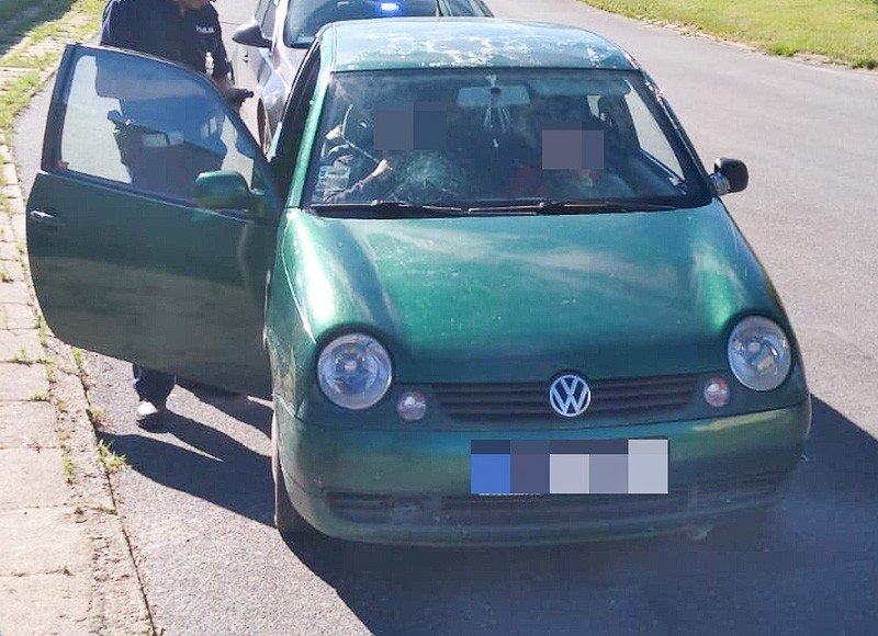 Samochód marki Volkswagen Lupo zabrany przez lawetę