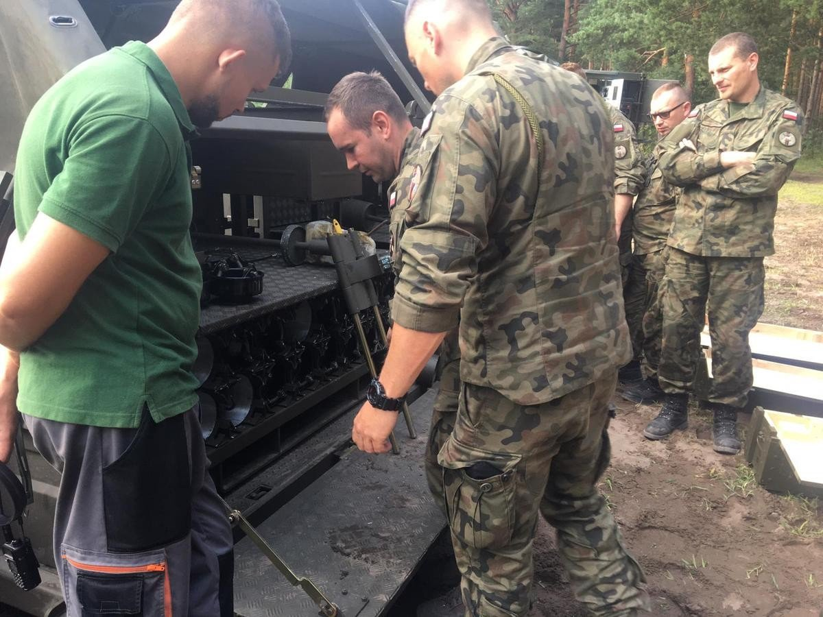 Artylerzyści po pierwszym strzelaniu z samobieżnych haubic Krab