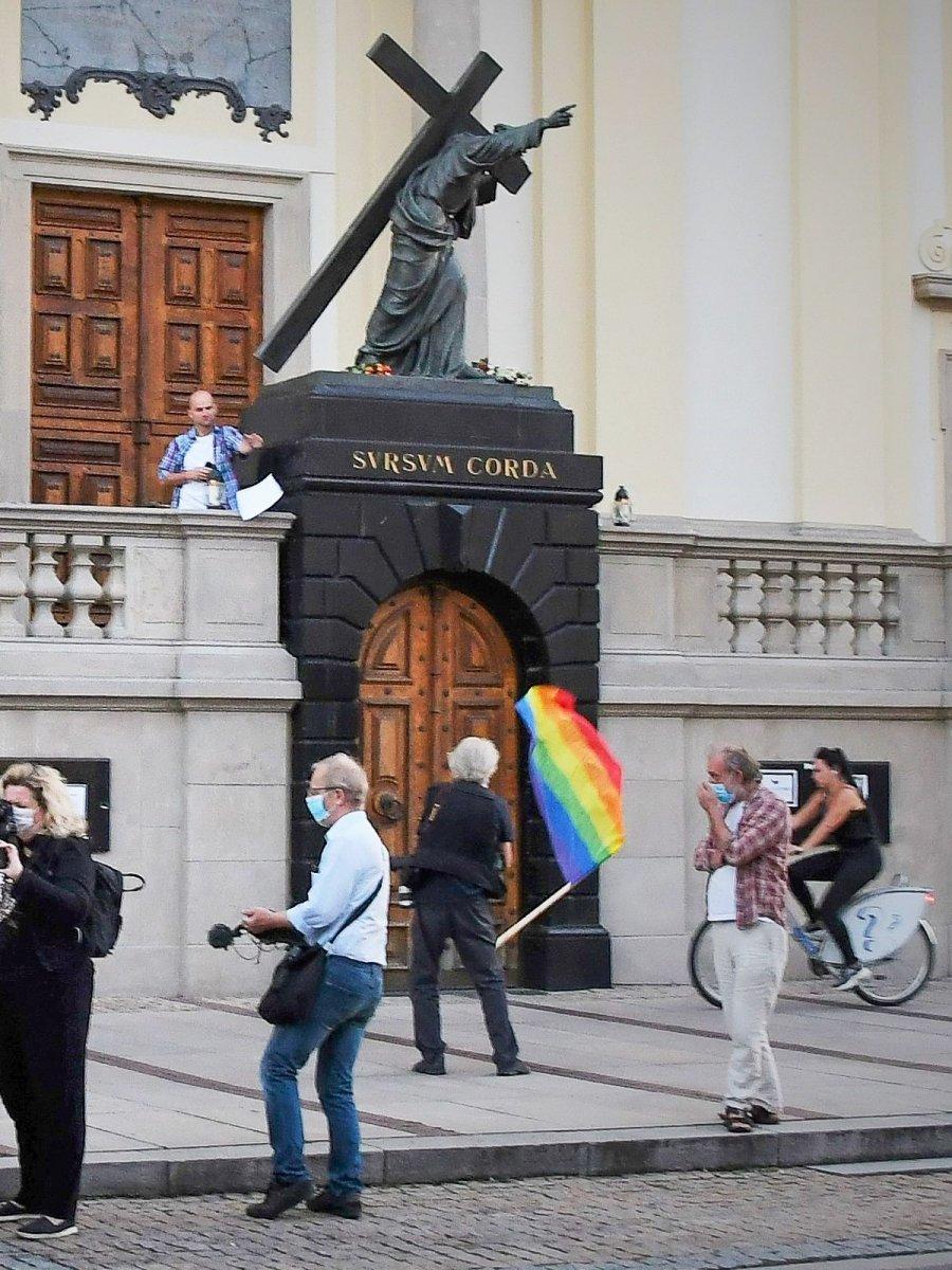 Ksiądz Damian Konieczny zrzuca z kilku metrów tęczową flagę, która była na cokole pomnika Chrystusa. Flaga o mało nie uderzyła przejeżdżającej rowerzystki.