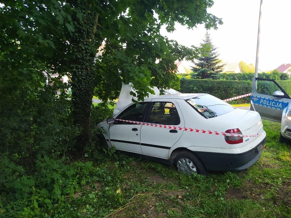 Kierowca Fiata zjechał z drogi i uderzył w drzewo