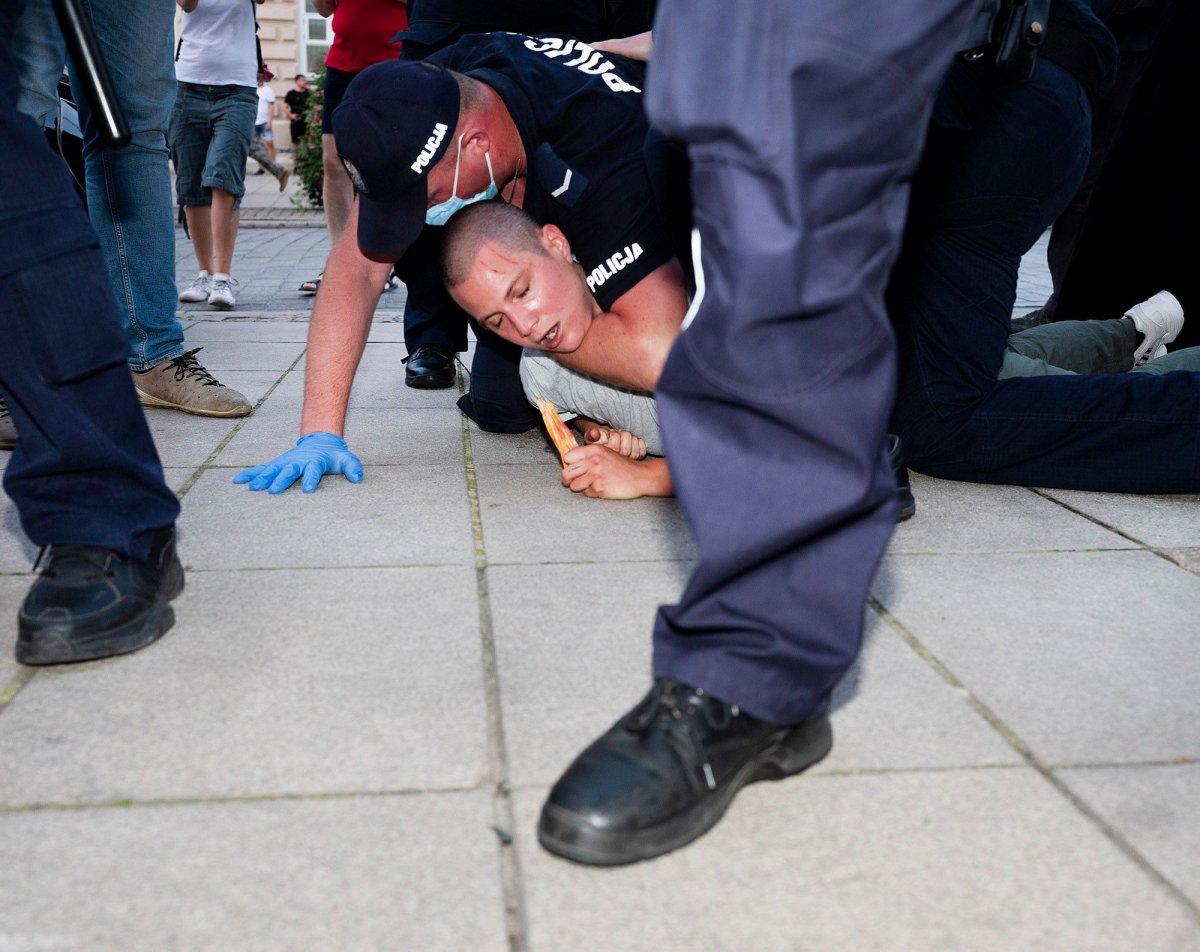 Policjanci podduszają kobietę, która była na demonstracji w sprawie aresztowania aktywistki LGBT