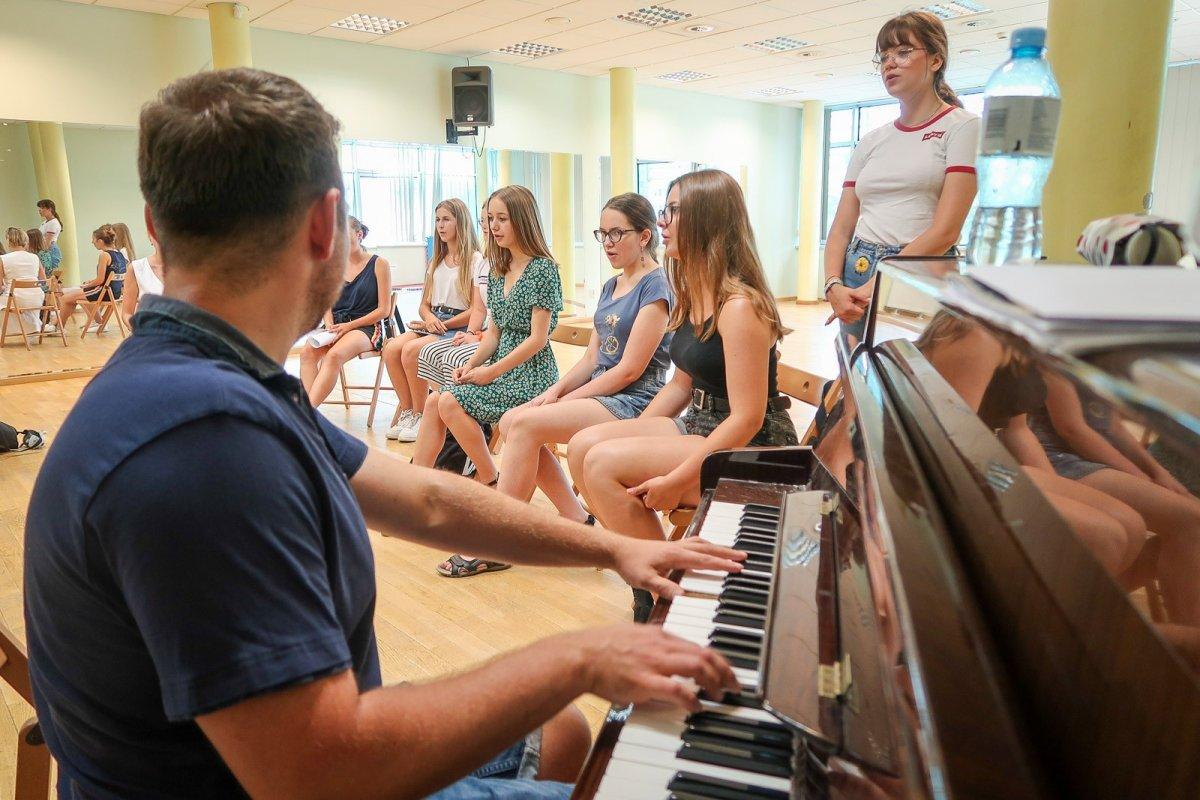 Zespół wokalny i zespół ZUMBA podczas ćwiczeń
