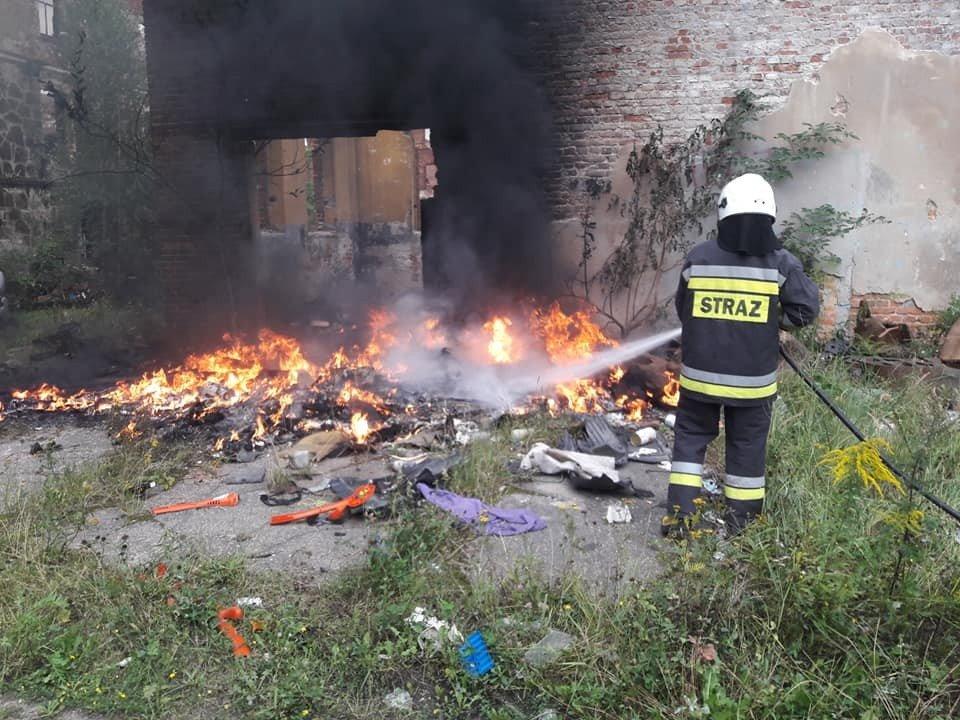 Pożar w byłej klinkierni w Nowogrodźcu (powiat bolesławiecki)