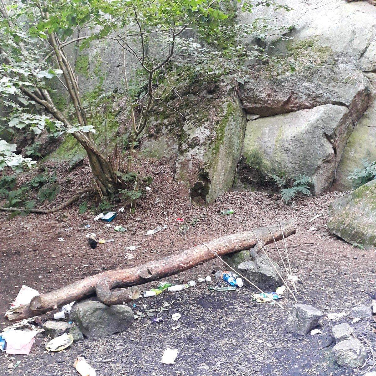 Bałagan przy tzw. skałkach w Łaziskach (gmina Bolesławiec)