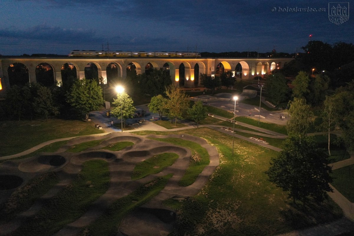 Oświetlony obiekt Wiadukt Plaza w Bolesławcu