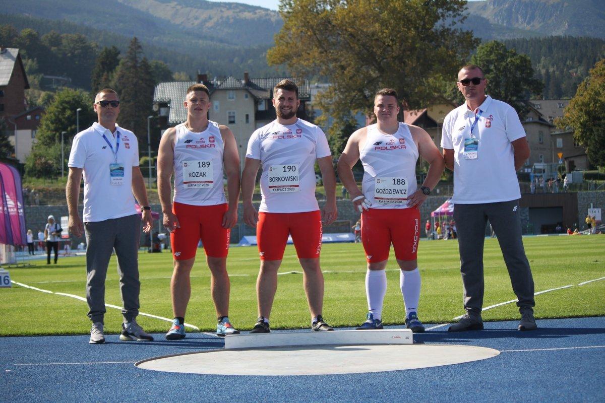 Pierwszy z lewej: trener Tomasz Markowski, drugi z lewej: Gracjan Kozak