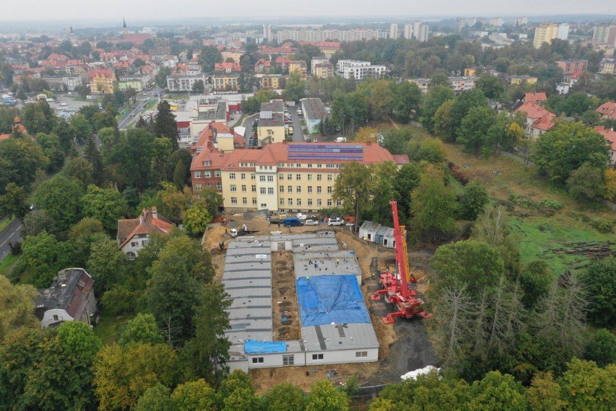 Nowy szpital dla zakażonych covidem: wszystkie moduły zamontowane