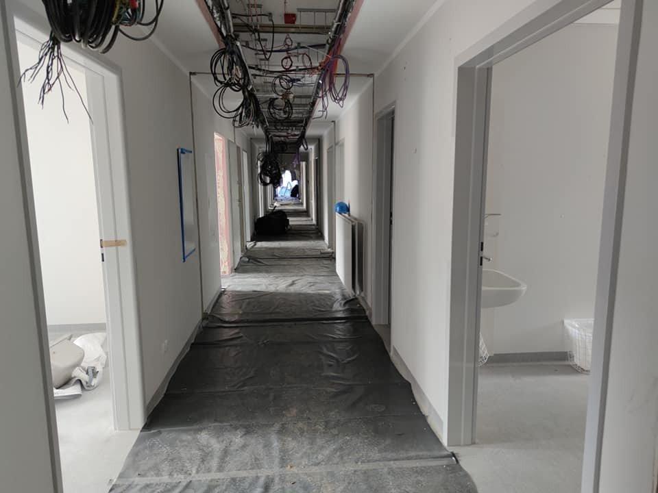 Wnętrze modułów szpitala dla zakażonych covidem