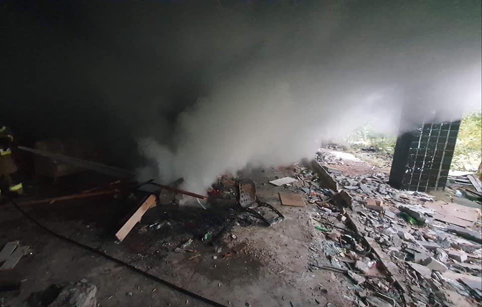 Akcja straży pożarnej przy ul. Świerkowej w Trzebieniu (gmina Bolesławiec, powiat bolesławiecki)