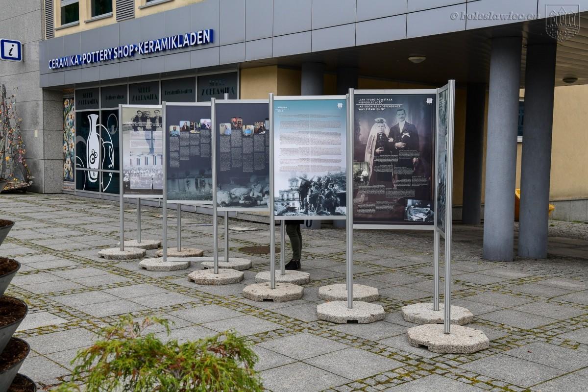 """Wystawa """"Rówieśnicy Niepodległej"""" w Bolesławcu"""