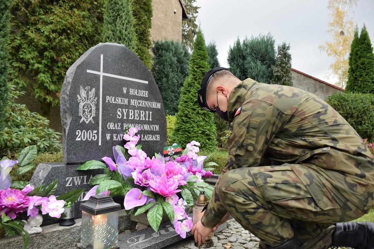 Bolesławieccy artylerzyści porządkują groby zmarłych kolegów, zapalają znicze