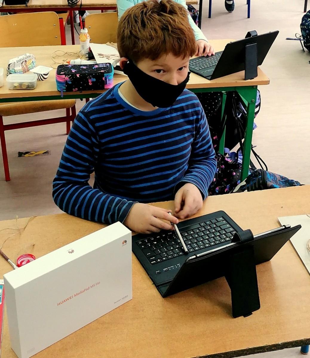 """25 tabletów wraz z usługą dostępu do Internetu dla uczniów i uczennic """"Trójki"""""""