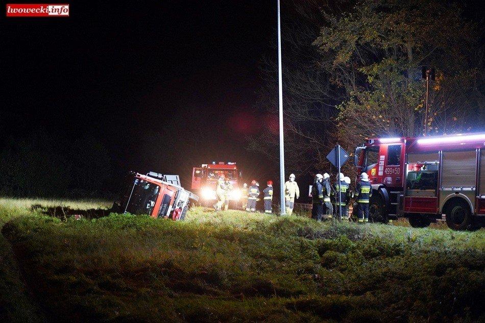 Przewrócony samochód strażacki