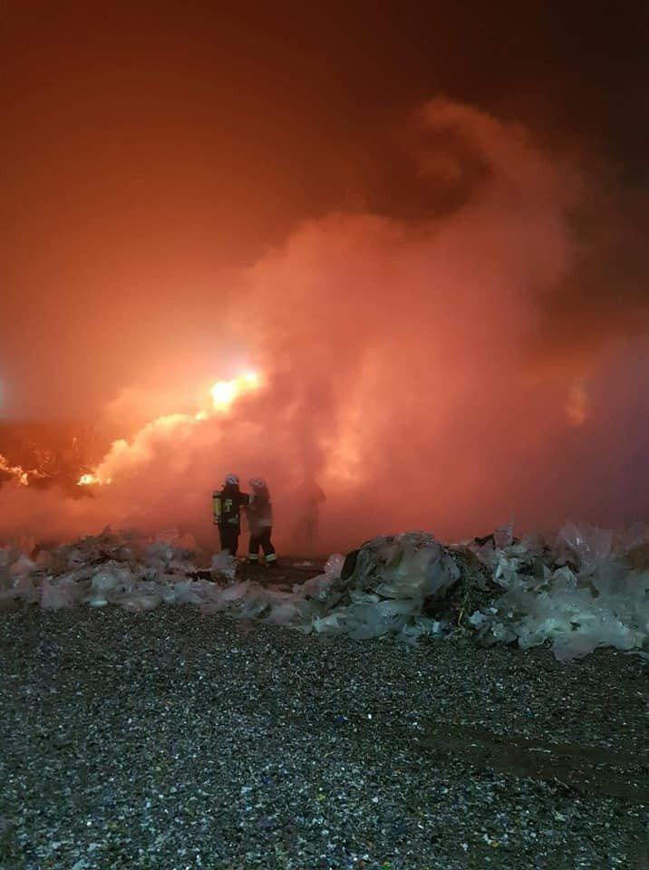 Nocny pożar na strefie w Osłej
