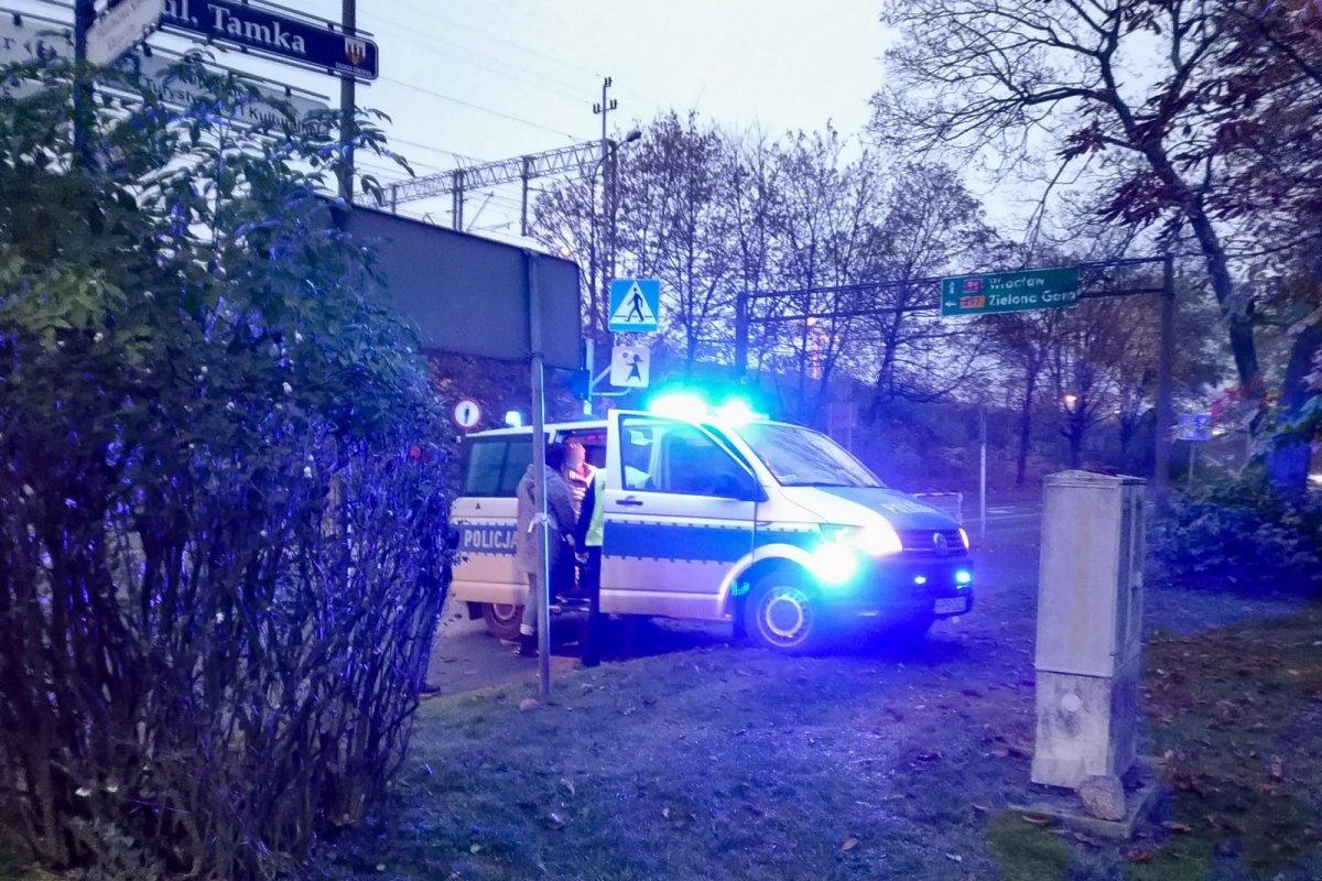 Policyjny radiowóz na sygnałach