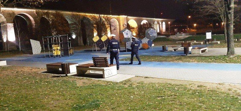 Policja kontroluje skatepark