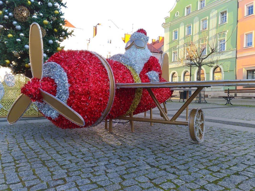 Mikołaj w samolocie na bolesławieckim rynku