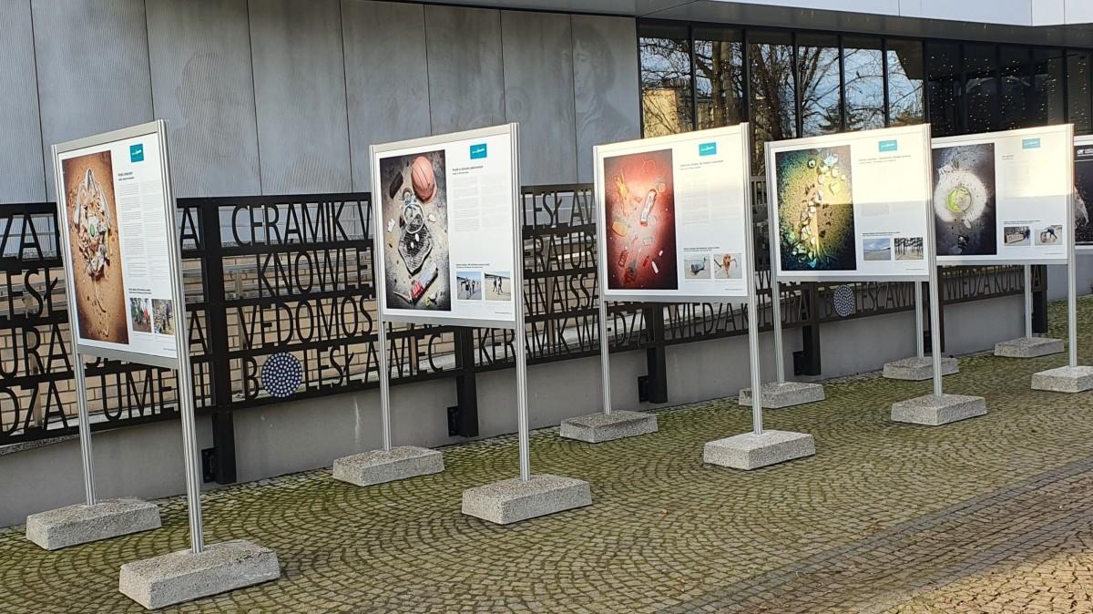 """""""Mniej plastiku"""". Wystawa przed bolesławieckim Centrum Wiedzy"""