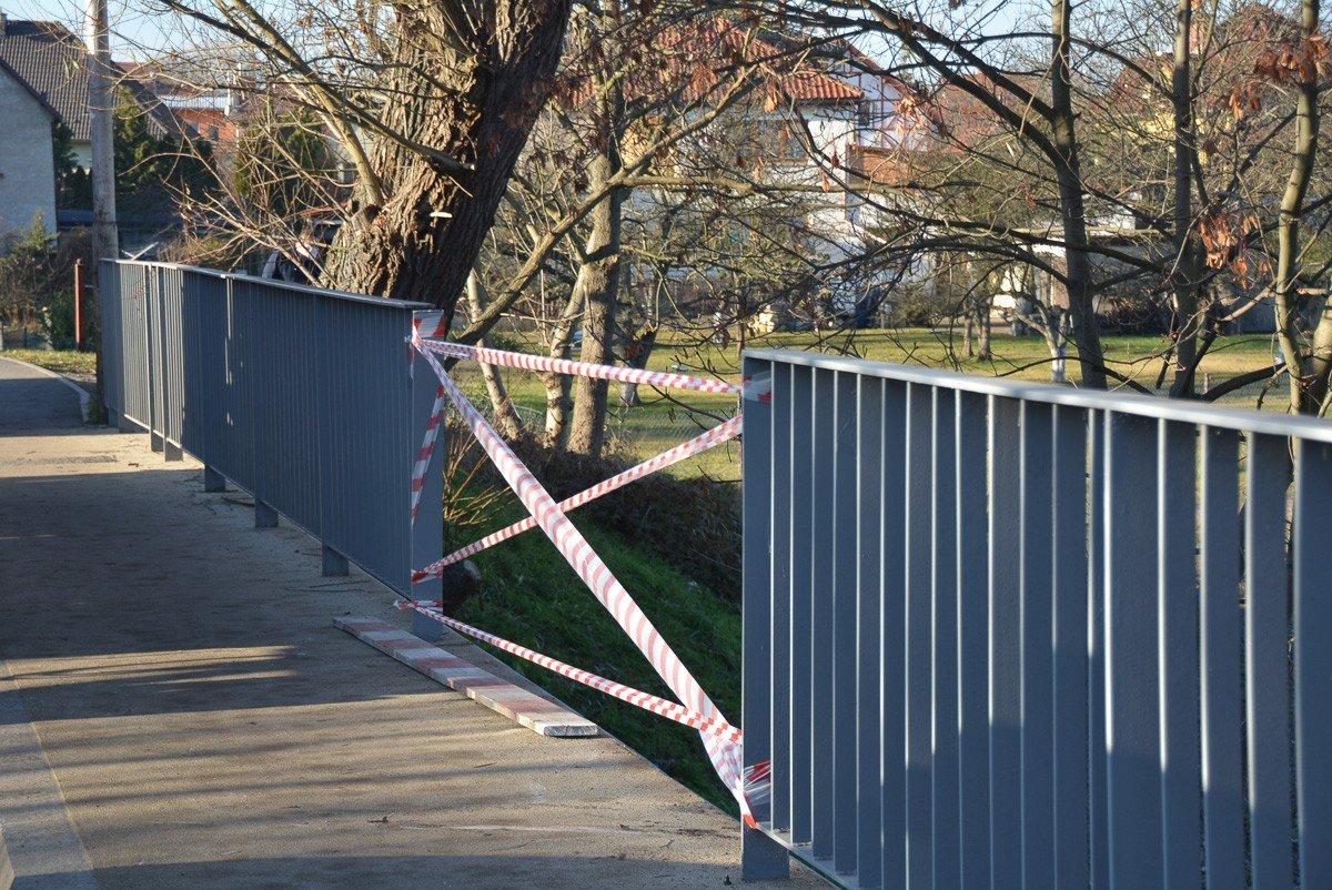 Auto spadło z mostu przy Mostowej w Bolesławcu