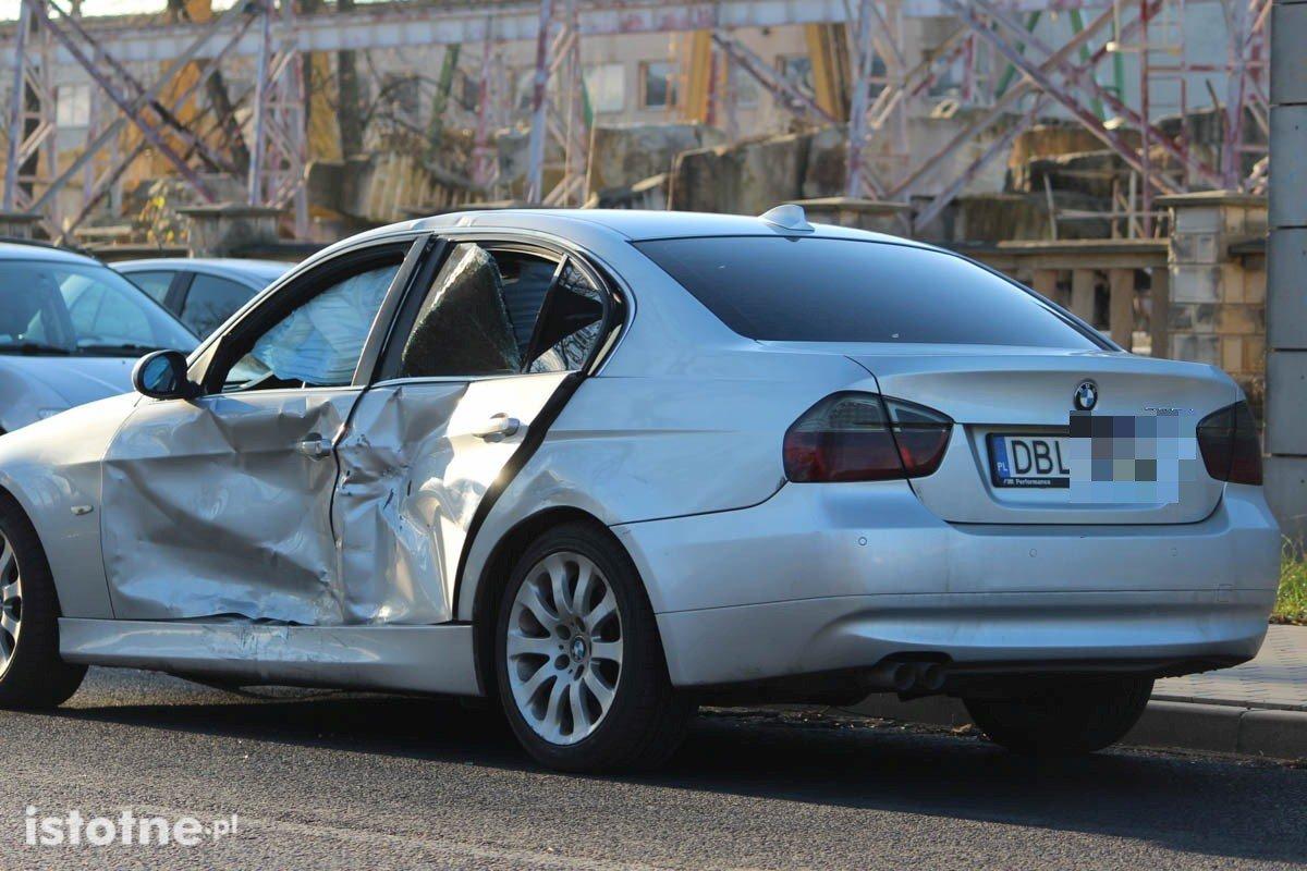 Zderzenie 3 aut na skrzyżowaniu Cieszkowskiego i Modłowej