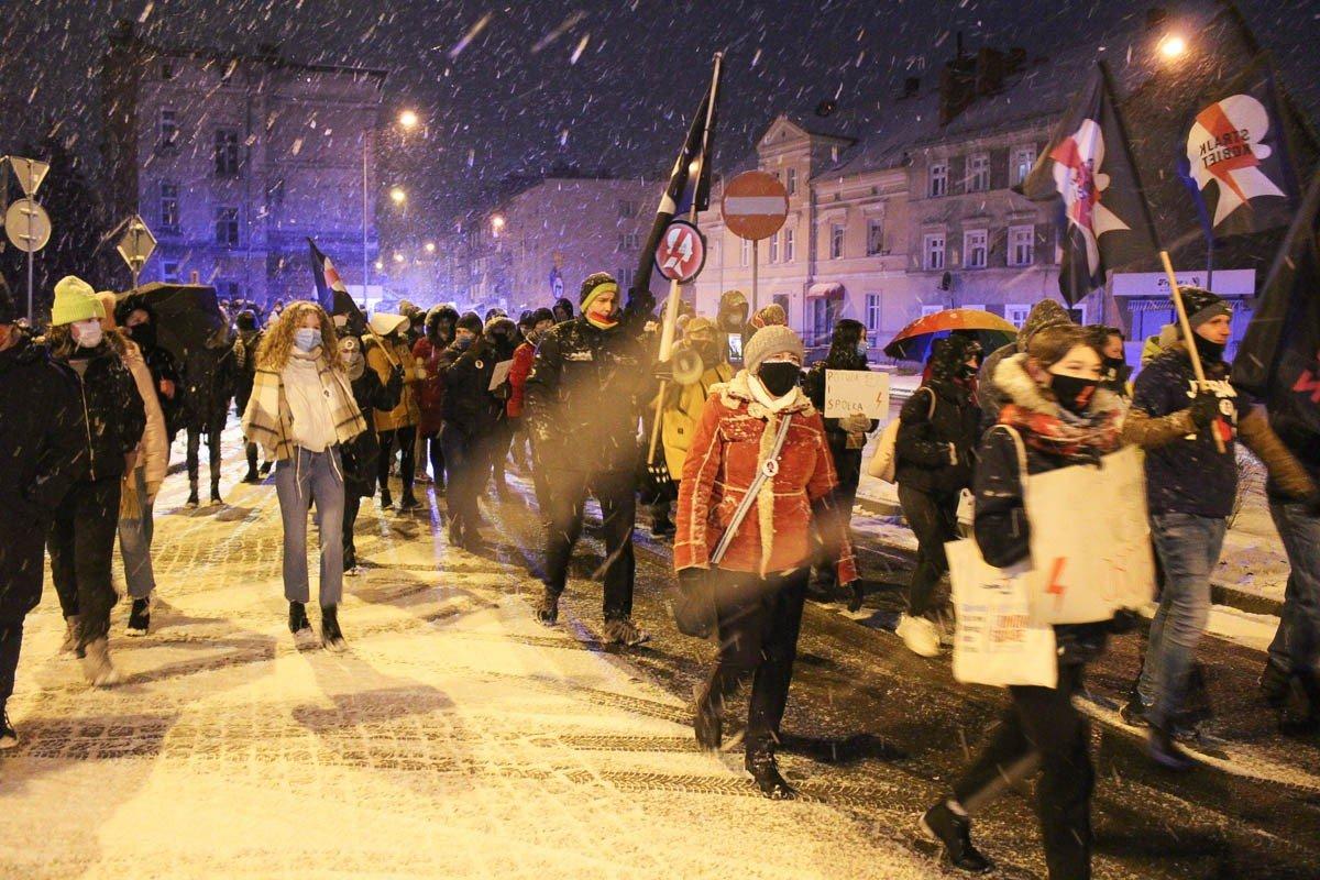 Mimo śniegu i mrozu kilkadziesiąt osób protestowało ws. aborcji