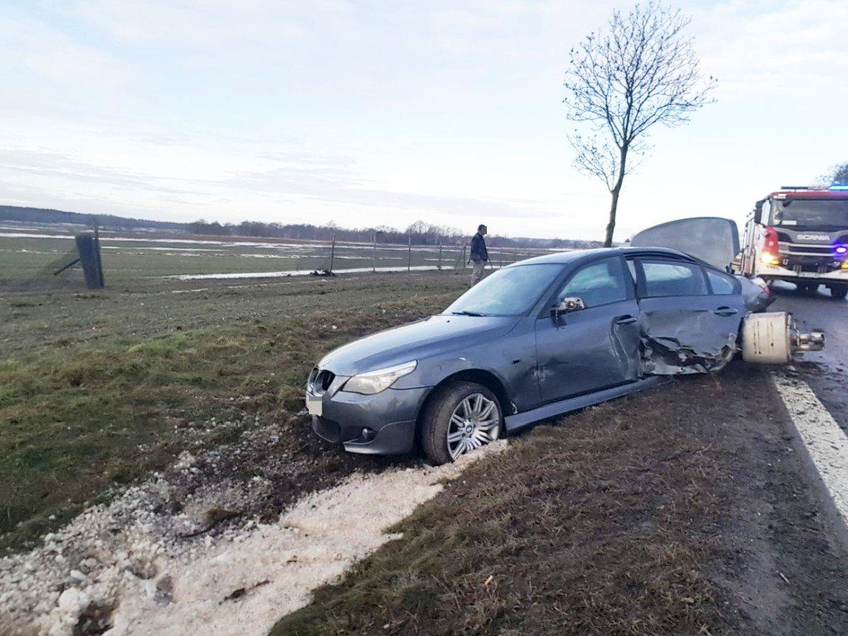 BMW w przydrożnym rowie
