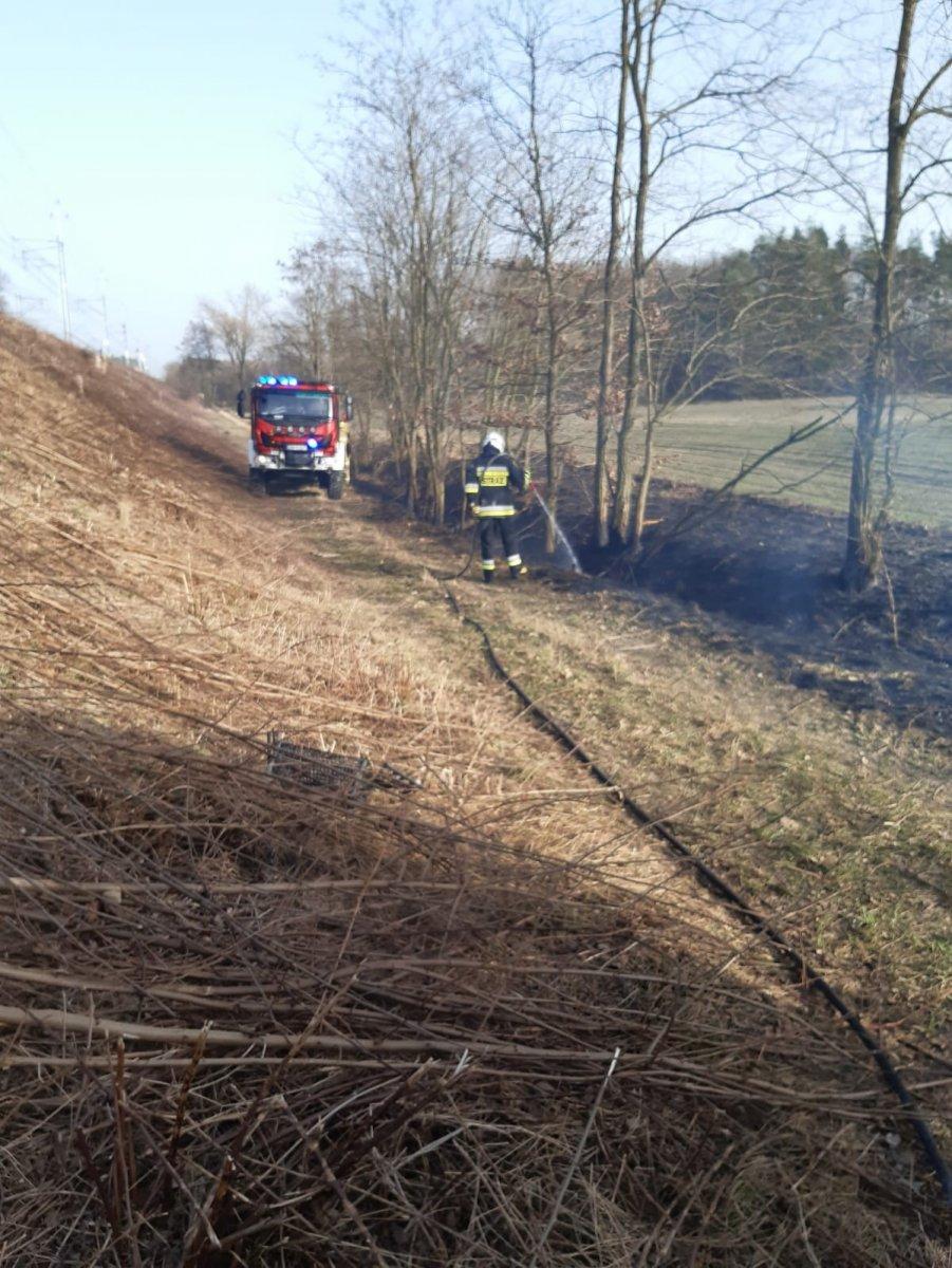 Strażak gasi pożar w Kraśniku