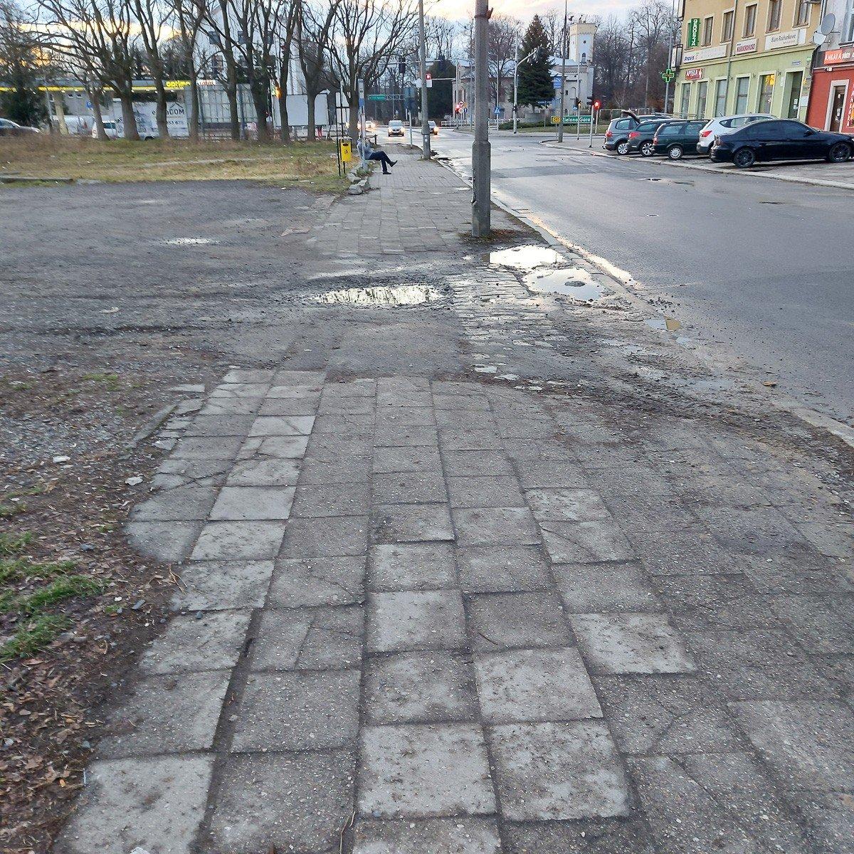 Wyboisty chodnik przy ulicy Zgorzeleckiej w Bolesławcu