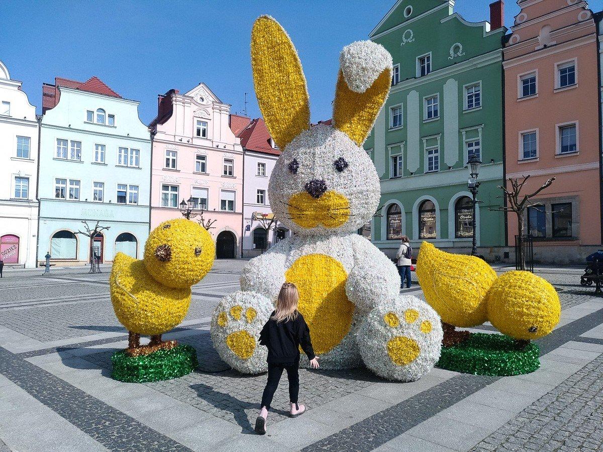 Ozdoby wielkanocne na bolesławieckim rynku