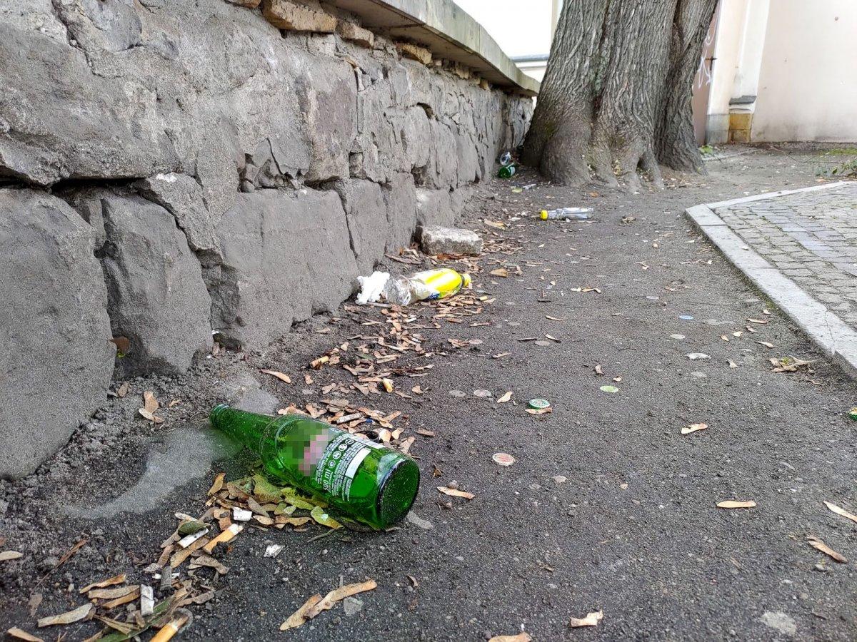 Śmieci pozostawione przez młodzież przy ul. partyzantów