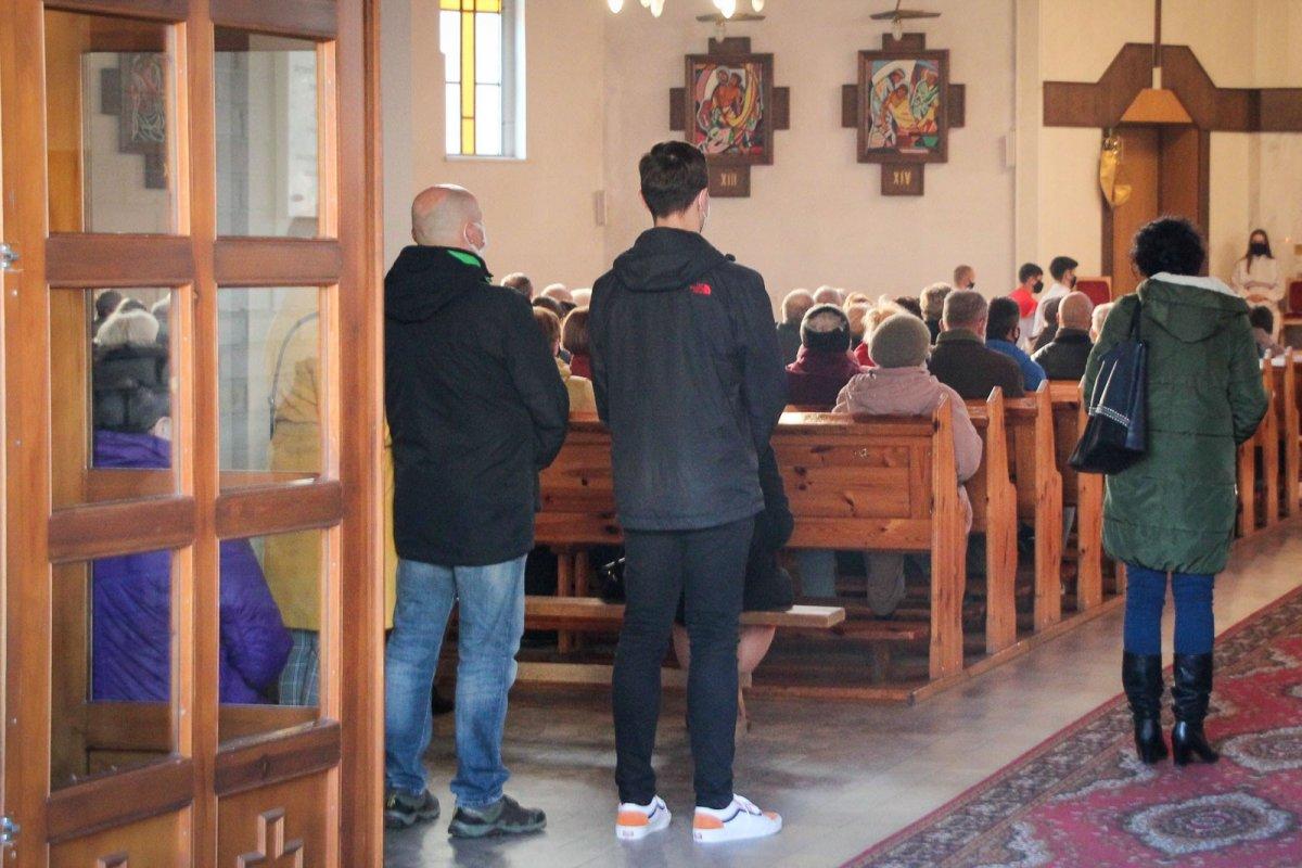 Ludzie w kościele przy ul. Jana Pawła II w Wielki Piątek