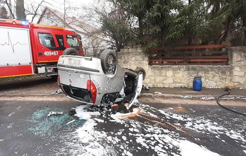 Fiat uderzył w mur i dachował w Starych Jaroszowicach, 27-latek ranny