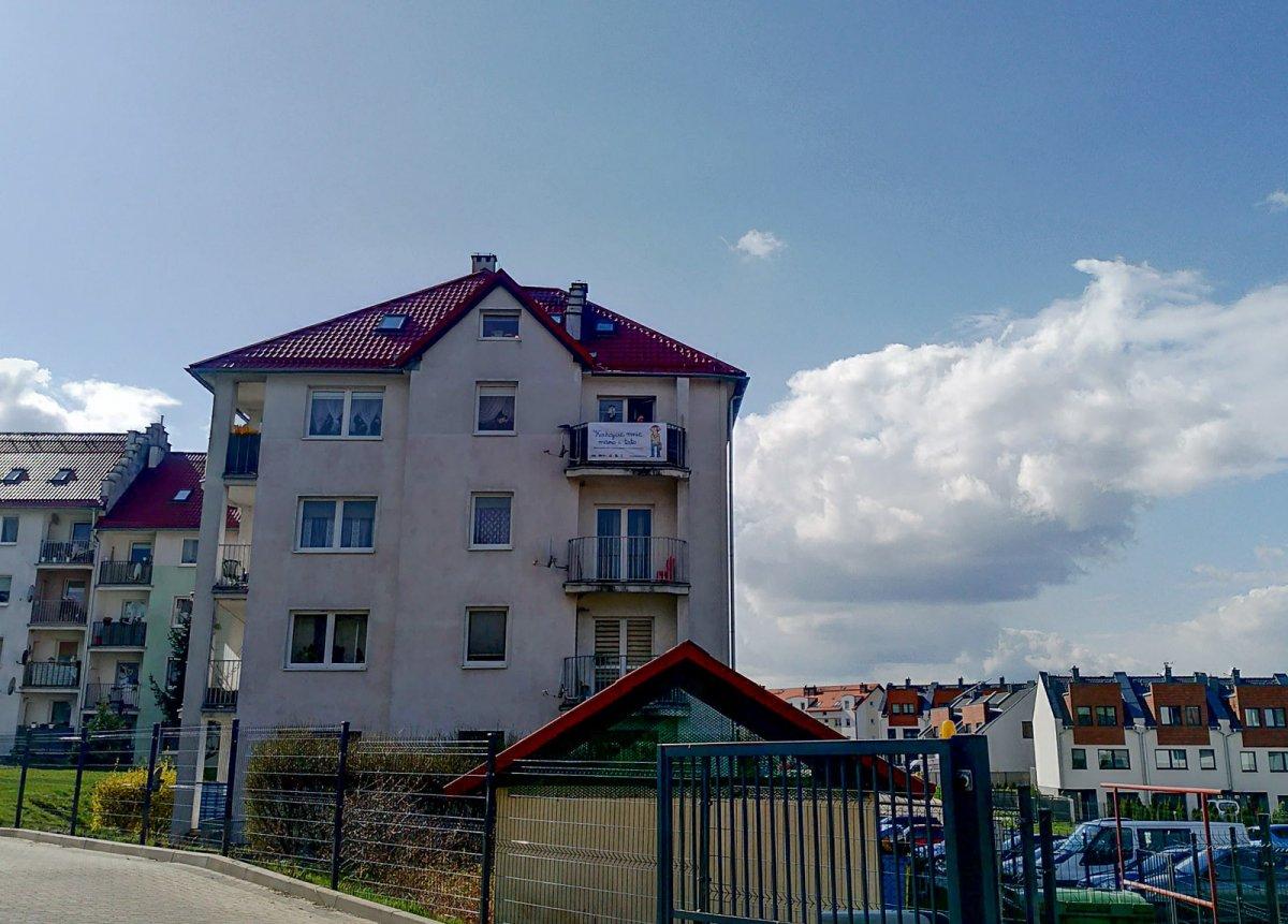 Baner na balkonie przy ul. Lubańskiej