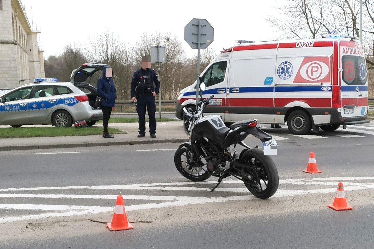 Zderzenie motocykla z autem przy wiadukcie