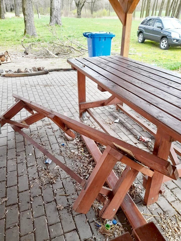 Zdemolowana ławka w parku w Gościszowie