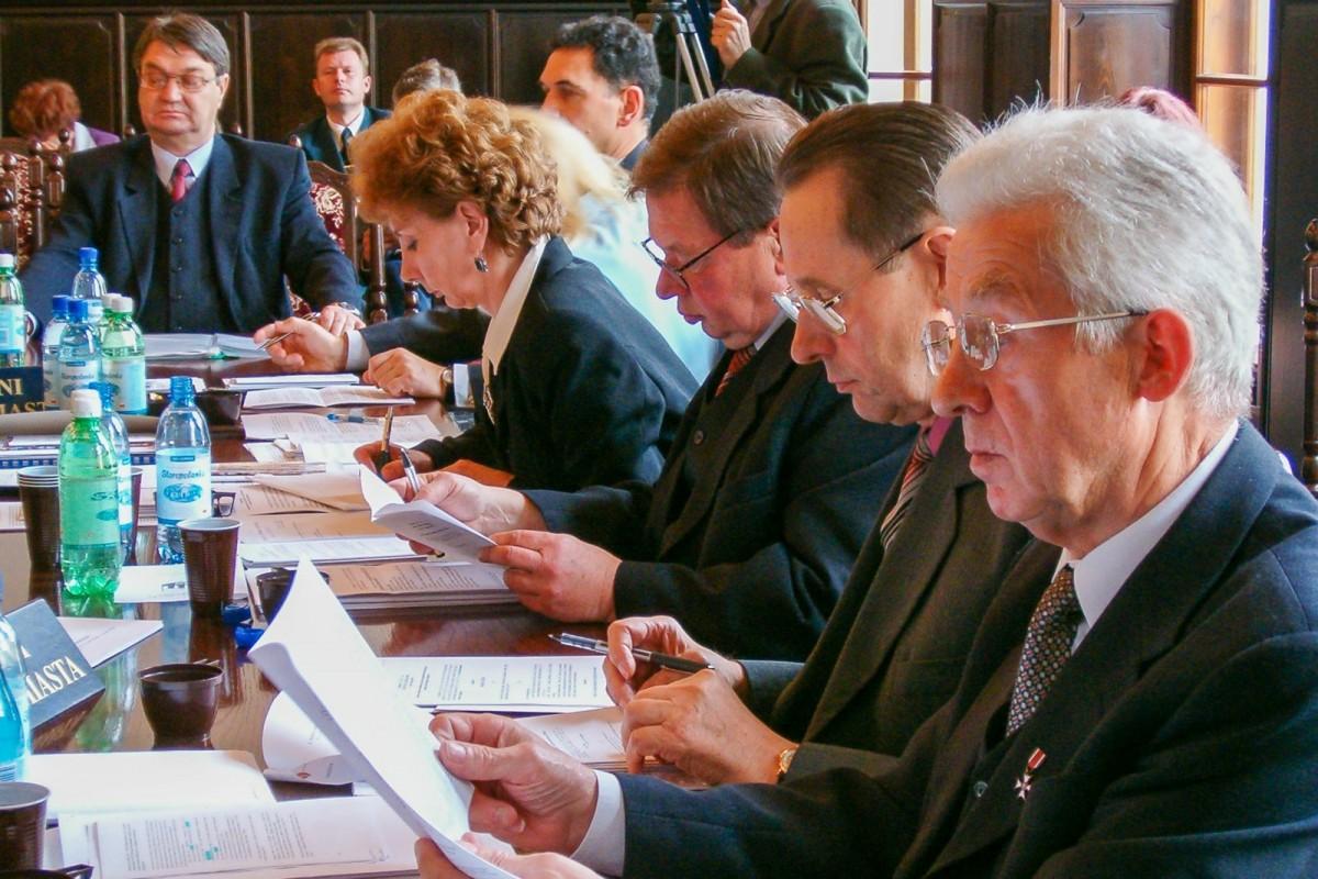 Sesja Rady Miasta. Pierwszy od prawej Stanisław Andrusieczko (2004 rok)