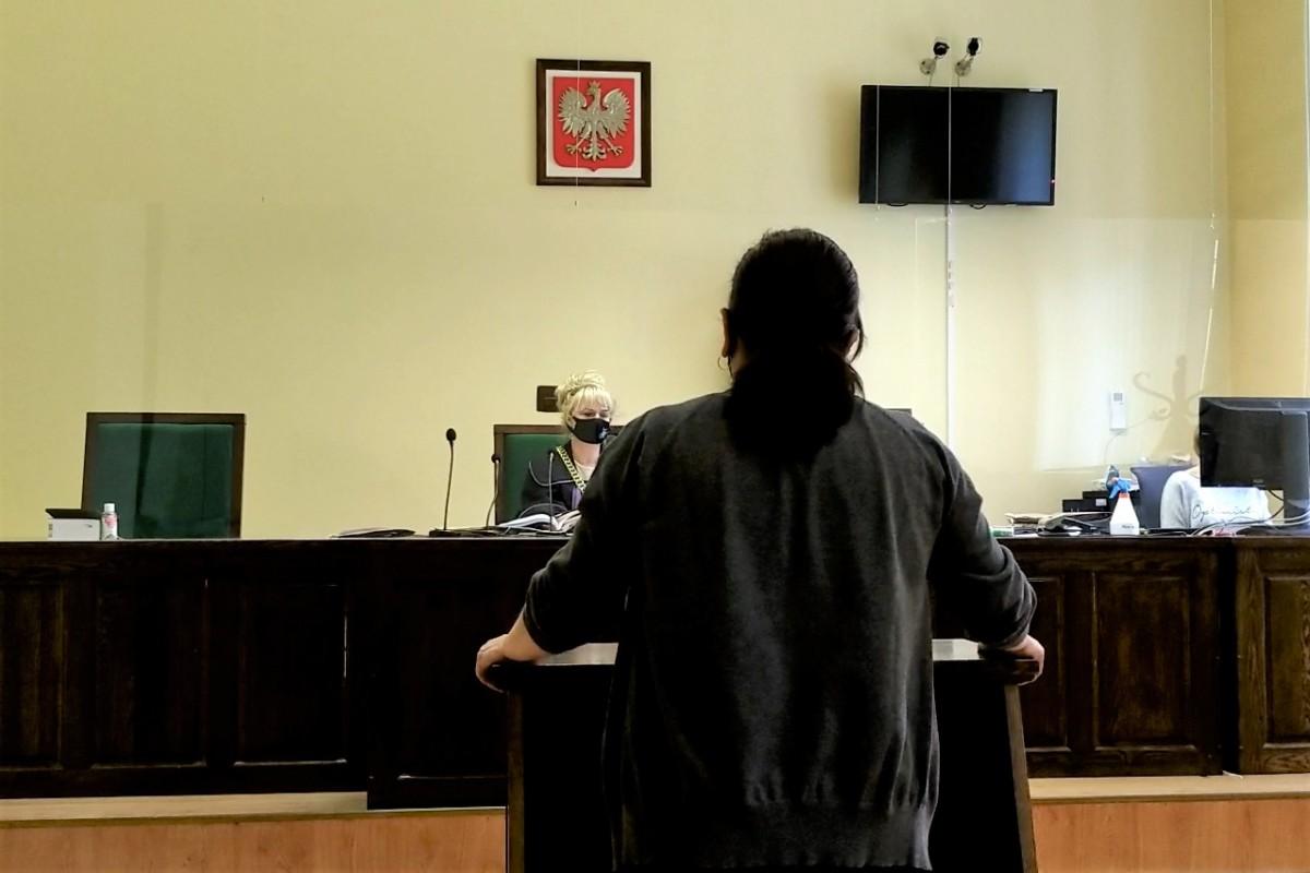 Kobieta zeznająca w bolesławieckim sądzie w procesie radnego Dariusza F.