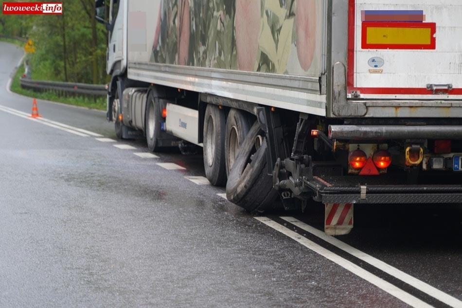 Ciężarówka po zderzeniu z Oplem