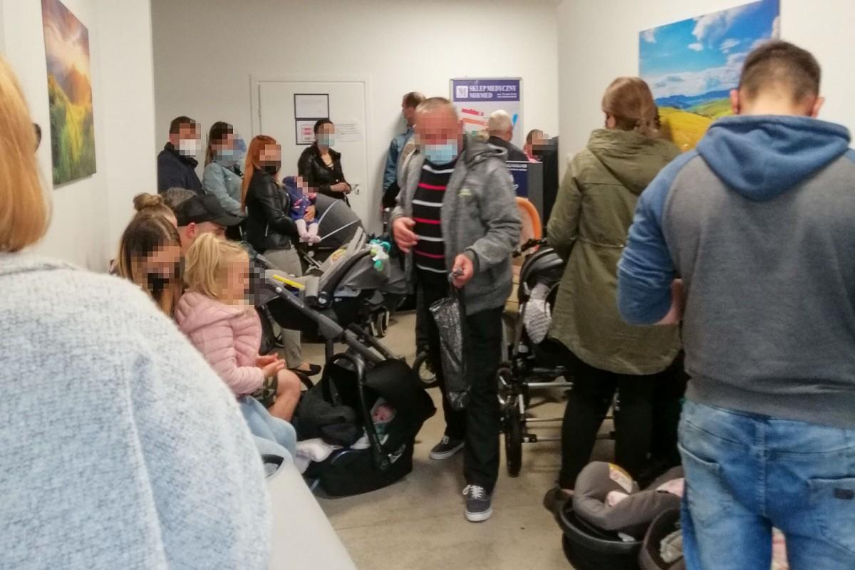 Pacjenci w poczekalni przychodni szpitala powiatowego w Bolesławcu