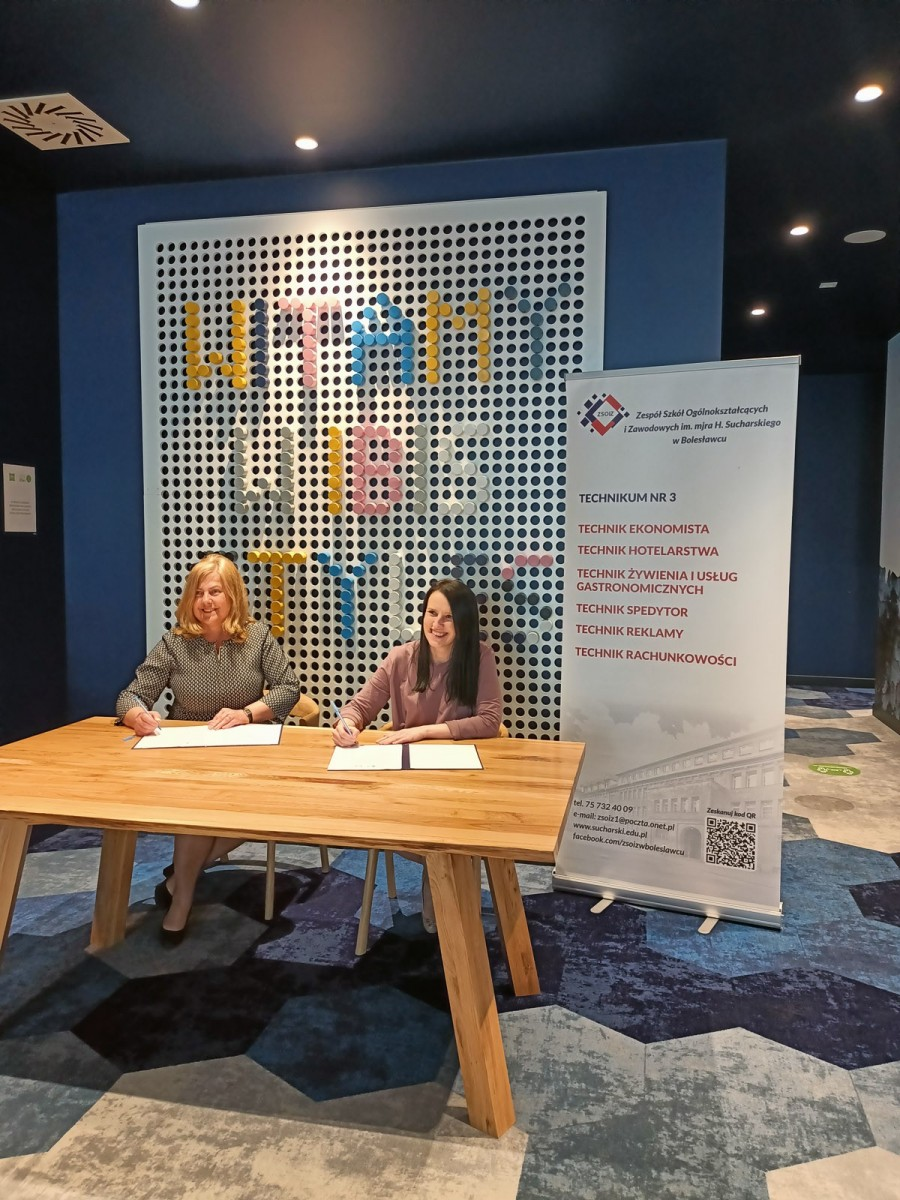 Anna Pitek, dyrektorka Hotelu Ibis Styles orazLaura Słocka, dyrektorka ZSOiZ podpisują umowę