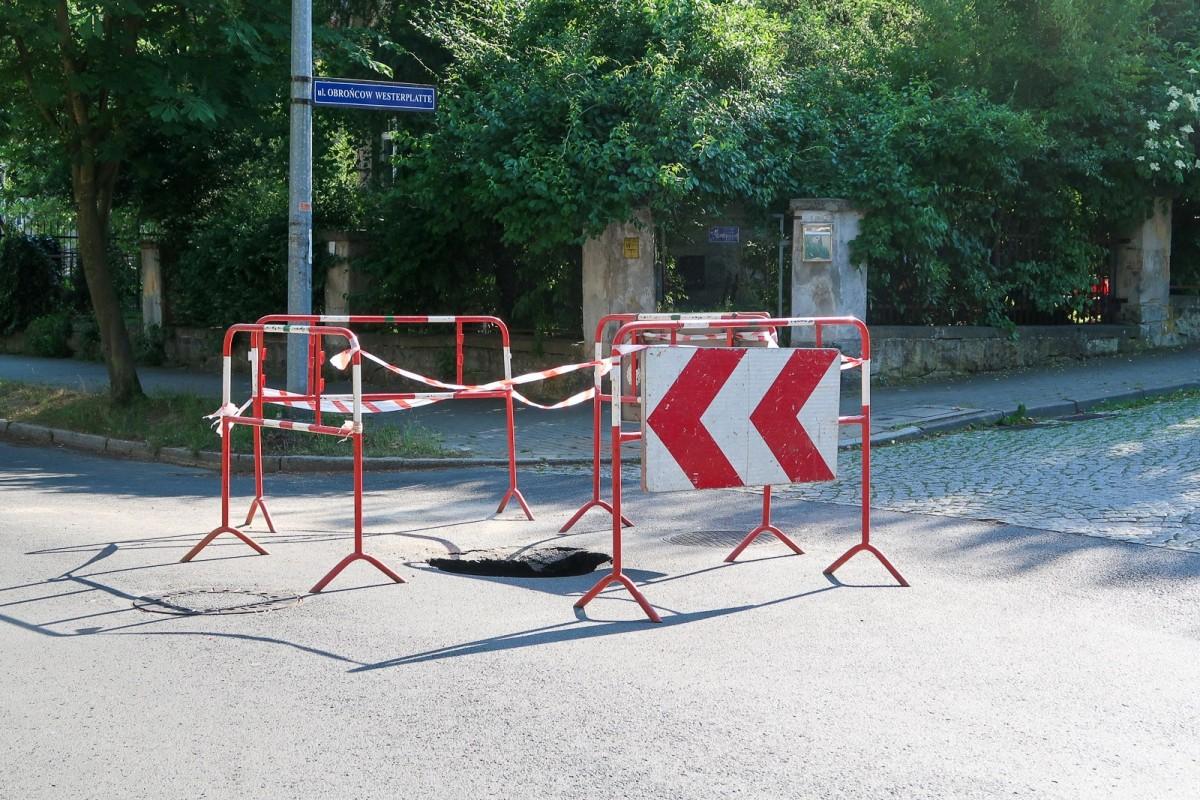 Potężna, głęboka dziura na skrzyżowaniu Willowej i Obrońców Westerplatte