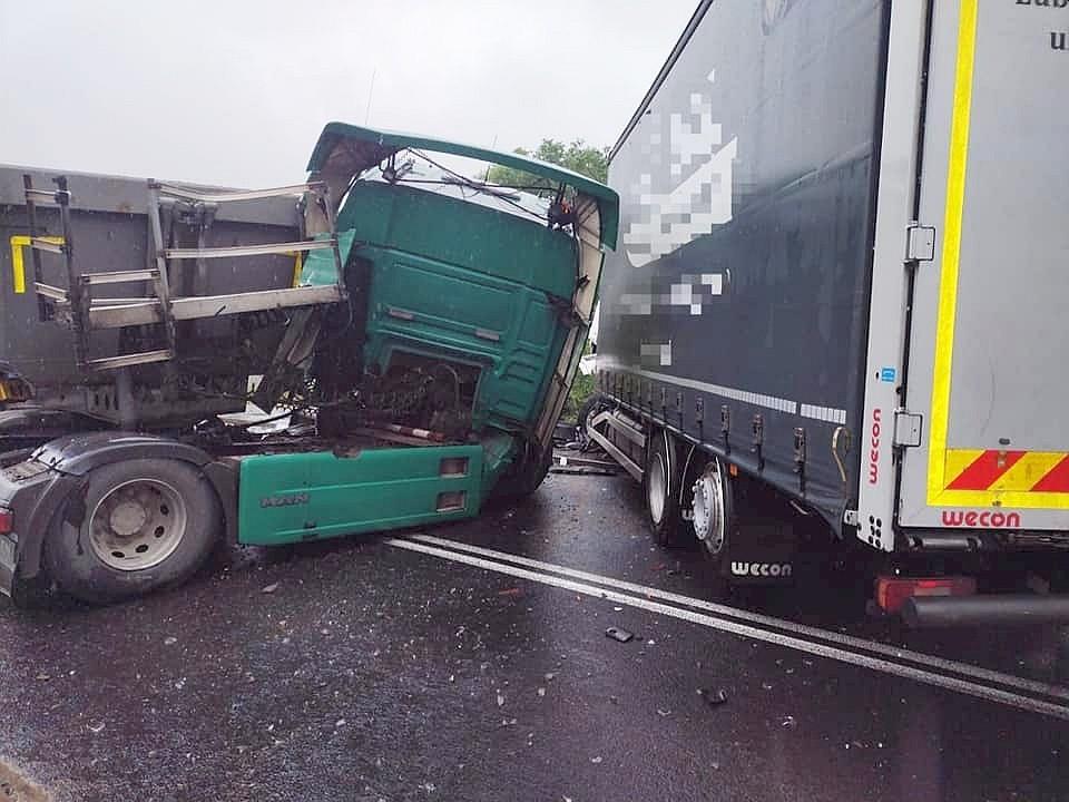 Zderzenie dwóch ciężarówek w Trzebieniu
