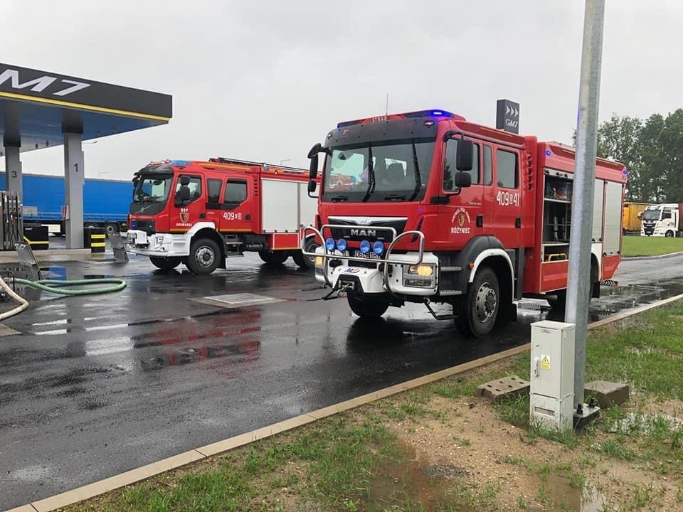 Interwencja straży pożarnej na stacji paliw w strefie