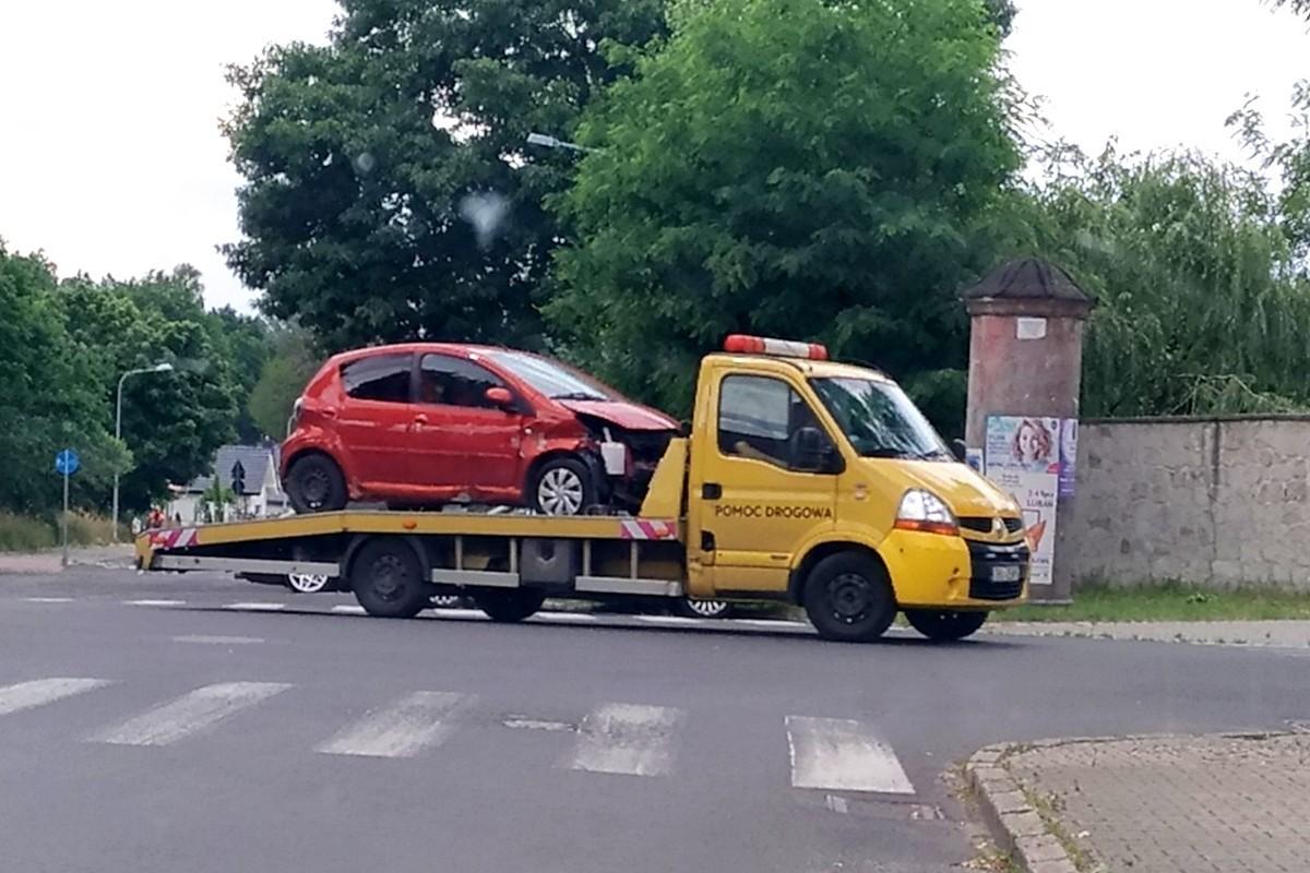 Uszkodzona Toyota na lawecie