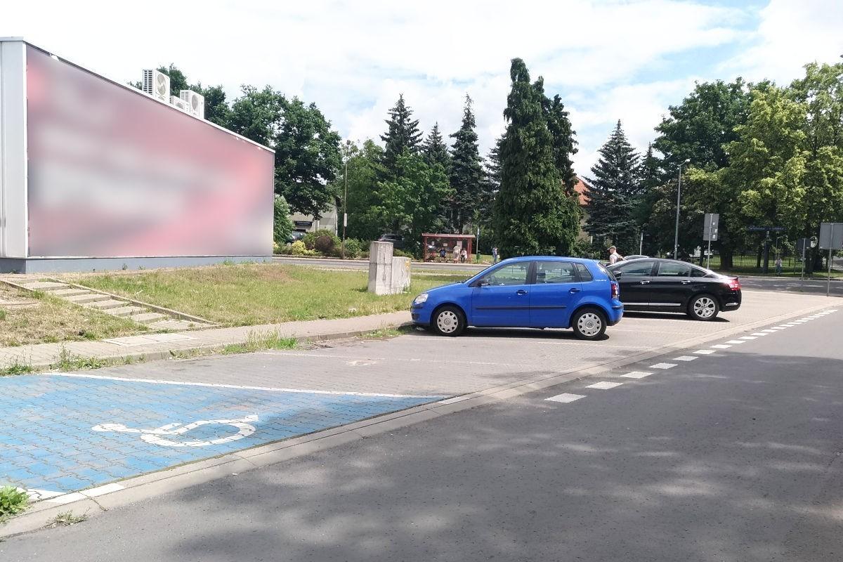 Parking przy stacji paliw Shell w Bolesławcu