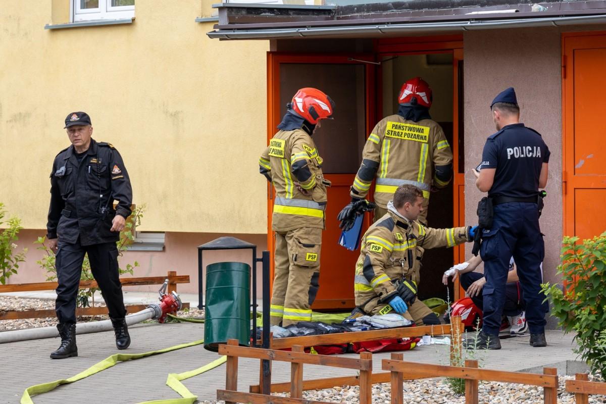 Strażak udzielający pierwszej pomocy poszkodowanemu mężczyźnie