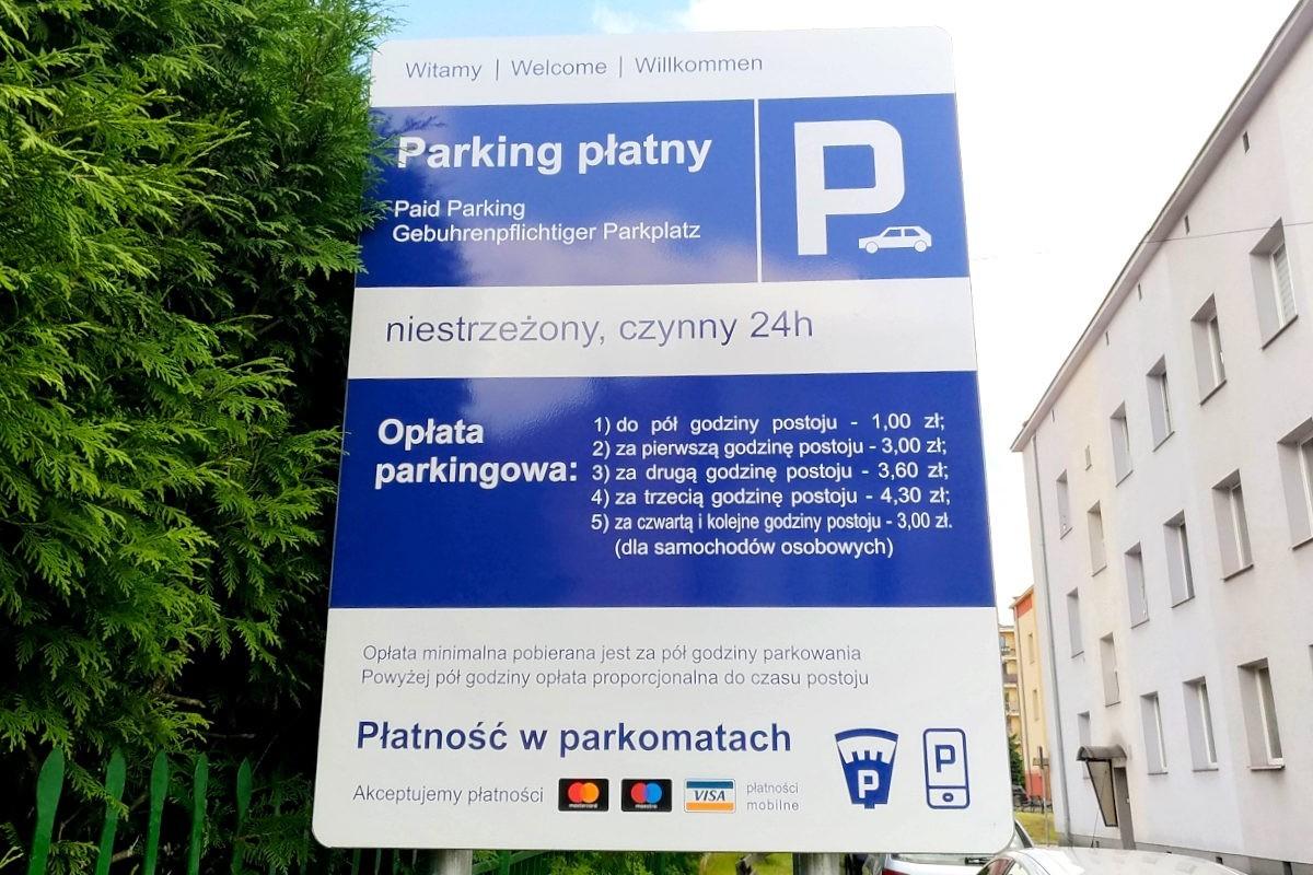 Znak informujący o opłatach w Strefie Płatnego Parkowania w Bolesławcu