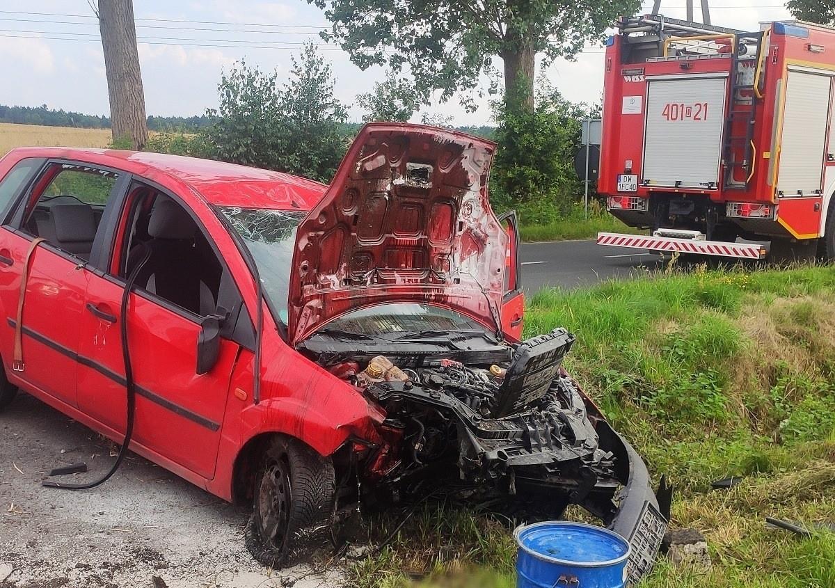 Auto uderzyło w przepust drogowy w Zabłociu