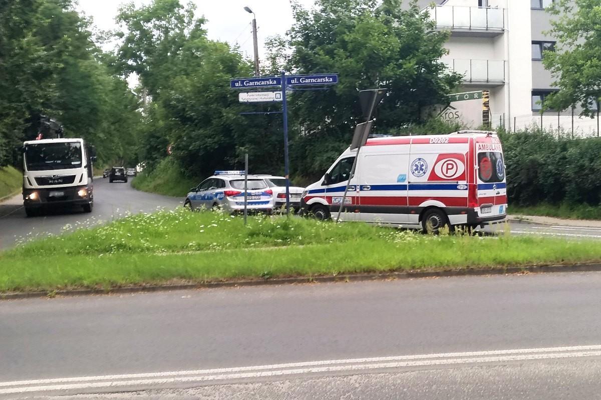 Auto uderzyło w znak drogowy przy skrzyżowaniu Garncarskiej z Lubańską